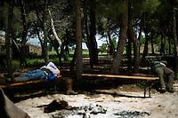 I mandriani si riposano durante una sosta lungo l'antico tratturo che dalla puglia porta alle montagne di Frosolone in Molise. Cowboys rest after leading the Colantuono family's herd toward a cooler climate.