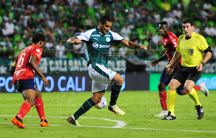 PALMIRA - COLOMBIA, 11-08-2018: Jose Sand (Der) del Deportivo Cali disputa el balón con Didier Moreno (Izq) de Deportivo Independiente Medellín durante partido por la fecha 4 de la Liga Águila II 2018 jugado en el estadio Palmaseca de Cali. / Jose Sand (R) player of Deportivo Cali fights for the ball with Didier Moreno (L) player of Deportivo Independiente Medellin during match for the date 4 of the Aguila League II 2018 played at Palmaseca stadium in Cali.  Photo: VizzorImage/ Nelson Rios / Cont
