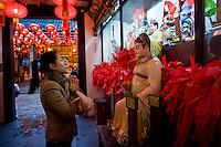 Una donna prega in un tempio taoista.<br /> A woman praying in a taoist temple