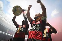 Brasília (DF), 16/02/2020 - Bruno Henrique e Diego  do Flamengo comemoram título da Supercopa. Partida entre Flamengo e Athletico Paranaense pela Supercopa no estádio Mané Garrincha em Brasília, neste domingo (16).