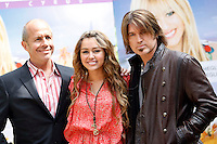 "Da sinistra, il regista inglese Peter Chelsom, l'attrice statunitense Miley Cyrus e suo padre, l'attore Billy Ray Cyrus, posano durante un photocall per la presentazione del film ""Hannah Montana: The movie"" a Roma, 20 aprile 2009..From left, British director Peter Chelsom, U.S. actress Miley Cyrus and her father, actor Billy Ray Cyrus, pose during a photocall for the presentation of the movie ""Hannah Montana: The movie"" in Rome, 20 april 2009..UPDATE IMAGES PRESS/Riccardo De Luca"