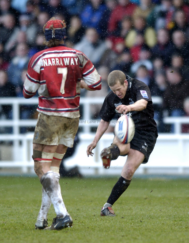Photo. Jed Wee..Newcastle Falcons v Gloucester, Zurich Premiership, 27/02/2005..Newcastle's Dave Walder kicking.