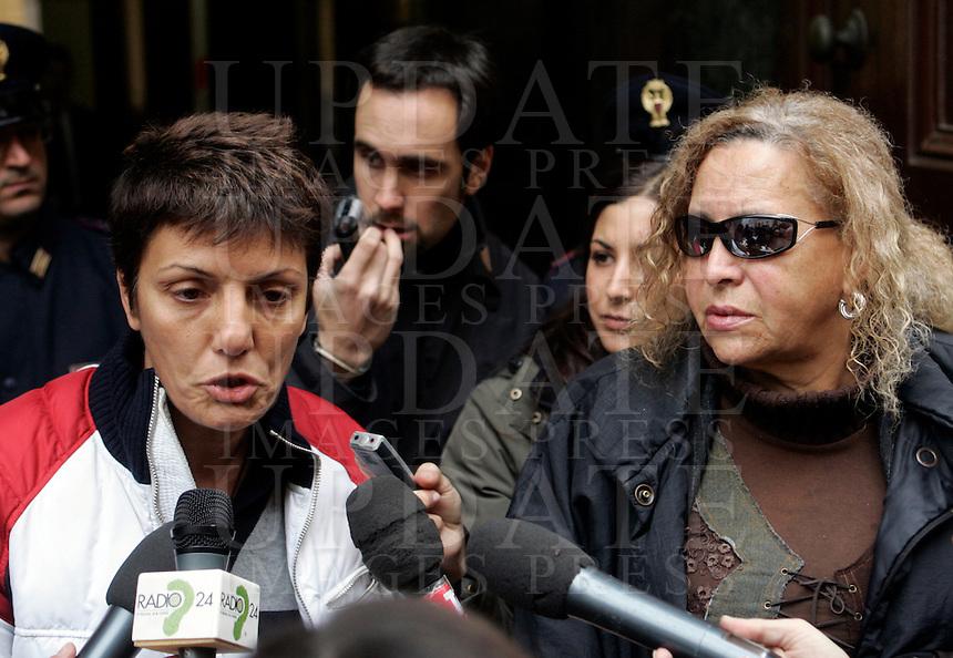 Imma Battaglia, coordinatrice di Gay Project, a sinistra, e Leila Deianis, dell'associazione Libellula, parlano ai giornalisti dopo un incontro alla Questura di Roma, 23 novembre 2009, in merito all'omicidio del transessuale Brenda. .UPDATE IMAGES PRESS/Riccardo De Luca