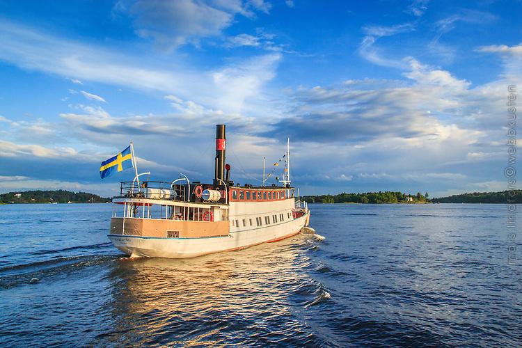 Skärgårdsbåten Enköping vid Vaxholm med kurs mot Stockholm.