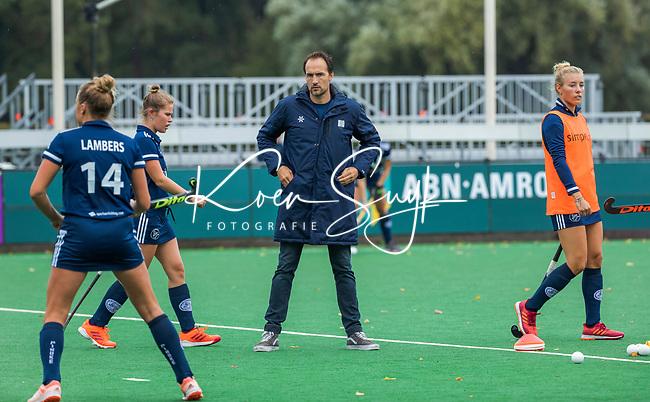 BLOEMENDAAL  - assistent-coach Karel Klaver (Pinoke)  tijdens de hoofdklasse competitiewedstrijd vrouwen , Bloemendaal-Pinoke (1-2) . COPYRIGHT KOEN SUYK