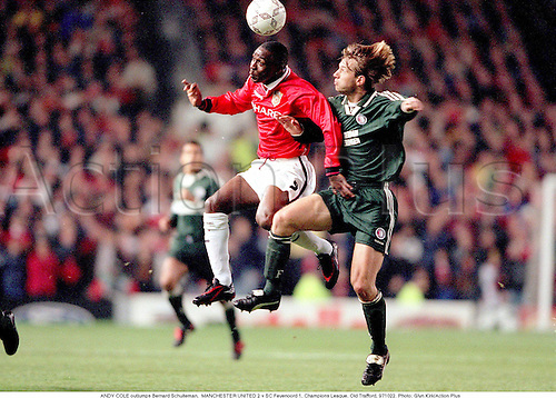 ANDY COLE outjumps Bernard Schuiteman,  MANCHESTER UNITED 2 v SC Feyenoord 1, Champions League, Old Trafford, 971022. Photo: Glyn Kirk/Action Plus...1997.soccer.football.association.english club clubs.premier.premiership.header headers