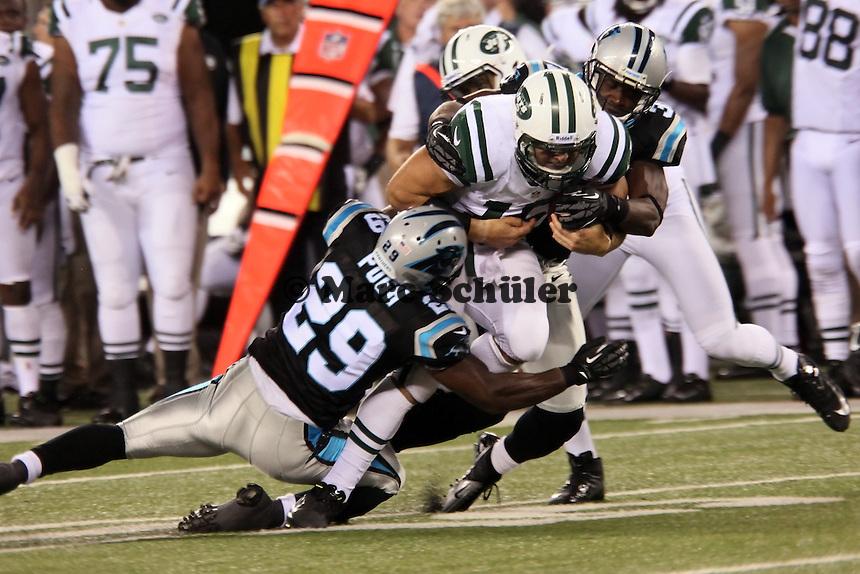 QB Tim Tebow (Jets) wird von S Jordan Pugh (Panthers) gestoppt