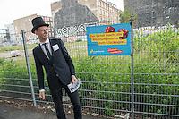 """Wahlkampfaktion der FDP-Jugendorganisation Junge Liberale-Berlin zur Abgeordnetenhauswahl 2016.<br /> Die Jungen Liberalen-Berlin veranstalteten am Dienstag den 2. August 2016 an der sog. Cuvry-Brache in Berlin-Kreuzberg eine Aktion gegen die """"Spekulation mit Grundstuecken durch den Senat von Berlin"""". Dazu verkleideten sich Mitglieder der Jungen Liberalen als Buergermeister Michael Mueller und Bausenator Andreas Geisel (beide SPD) die von einem """"Monopoly-Mann"""" (soll einen Investor darstellen) mit Geld beschenkt werden.<br /> Damit wollten die FDP-Mitglieder gegen die """"Grundstuecksspekulation in der Hauptstadt"""" protestieren.<br /> Im Bild: Der Investor vor dem Baugrundstueck.<br /> 2.8.2016, Berlin<br /> Copyright: Christian-Ditsch.de<br /> [Inhaltsveraendernde Manipulation des Fotos nur nach ausdruecklicher Genehmigung des Fotografen. Vereinbarungen ueber Abtretung von Persoenlichkeitsrechten/Model Release der abgebildeten Person/Personen liegen nicht vor. NO MODEL RELEASE! Nur fuer Redaktionelle Zwecke. Don't publish without copyright Christian-Ditsch.de, Veroeffentlichung nur mit Fotografennennung, sowie gegen Honorar, MwSt. und Beleg. Konto: I N G - D i B a, IBAN DE58500105175400192269, BIC INGDDEFFXXX, Kontakt: post@christian-ditsch.de<br /> Bei der Bearbeitung der Dateiinformationen darf die Urheberkennzeichnung in den EXIF- und  IPTC-Daten nicht entfernt werden, diese sind in digitalen Medien nach §95c UrhG rechtlich geschuetzt. Der Urhebervermerk wird gemaess §13 UrhG verlangt.]"""
