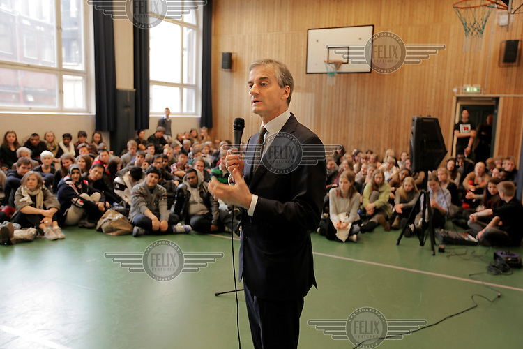 Minister of Foregin Affairs Jonas Gahr Støre in the gymnasium of Oslo Katedralskole, talking to studens.