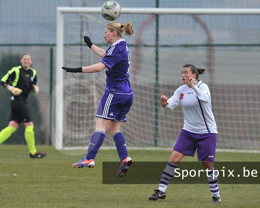 RSC Anderlecht Dames - Beerschot : Jana Coryn springt hoger dan Thais Oosters.foto DAVID CATRY / Vrouwenteam.be