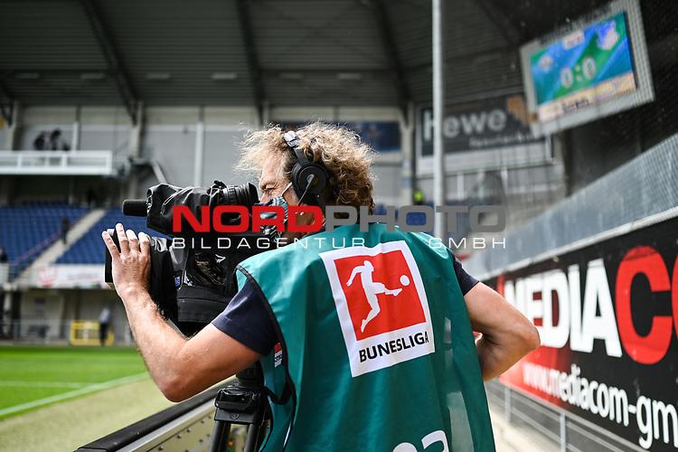 Ein Kameramann mit Atemschutzmaske.<br /><br />nph00251: Sport: Fussball: 1. Bundesliga: Saison 19/20: <br />27. Spieltag: SC Paderborn - TSG 1899 Hoffenheim, 23.05.20<br /><br />Foto:  / via Rauch / nordphoto <br /><br />Nur für journalistische Zwecke! Only for editorial use!<br /><br />Gemäß den Vorgaben der DFL Deutsche Fußball Liga ist es untersagt, in dem Stadion und/oder vom Spiel angefertigte Fotoaufnahmen in Form von Sequenzbildern und/oder videoähnlichen Fotostrecken zu verwerten bzw. verwerten zu lassen. DFL regulations prohibit any use of photographs as image sequences and/or quasi-video.