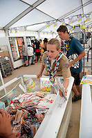 Shopping food in one of the food stores on the camp. Photo: Christoffer Munkestam/Scouterna