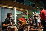 Turismo in Barriera. Concerto spontaneo guidato da Luca Morino in giro per il quartiere di Barriera di Milano. Qui alla Fondazione Amendola. Giugno 2012
