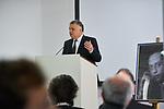 Germany, Berlin, 2017/10/26<br /> <br /> Bei einer Feierstunde in Berlin hat Israel erstmals einen Araber als &quot;Gerechten unter den V&ouml;lkern&quot; ausgezeichnet, in einer  posthumen Ehrung des &auml;gyptischen Arztes Dr. Mohamed Helmy, der w&auml;hrend des Zweiten Weltkriegs Juden versteckt hatte.<br /> <br /> Israels Botschafter Jeremy Issacharoff &uuml;bergab die Auszeichnung der Holocaust-Gedenkst&auml;tte Yad Vashem an Nasser Kotby, einen Gro&szlig;neffen Helmys. Dieser beschrieb Helmy als &quot;Helden&quot; und sprach im Gedenken an ihn ein arabisches Gebet.<br /> <br /> Der 1982 verstorbene Arzt habe w&auml;hrend der NS-Zeit in Berlin gelebt und mehreren Juden das Leben gerettet. Yad Vashem wollte ihn schon 2013 ehren, die Familie lehnte dies jedoch zun&auml;chst ab.<br /> <br /> &quot;Dr. Helmy war einer der Pioniere des Friedens&quot;, sagte Botschafter Issacharoff. &quot;Er hat vor allem bewiesen, dass wir ein menschliches Element teilen, das &uuml;ber jede politische Erw&auml;gung hinausgeht.&quot;<br /> <br /> Die Ehrung &quot;Gerechte unter den V&ouml;lkern&quot; ist die h&ouml;chstes Auszeichnung des Staates Israel an Nichtjuden. Sie wird seit 1963 von Yad Vashem an Menschen verliehen, die im Nationalsozialismus ihr Leben riskierten, um Juden zu retten. Inzwischen wurden mit dem Titel mehr als 26 500 Menschen, darunter mehr als 600 Deutsche ausgezeichnet. Den Geehrten wird eine Medaille und eine Ehrenurkunde verliehen. Zudem werden ihre Namen auf der Ehrenwand im Garten der Gerechten in der Gedenkst&auml;tte in Jerusalem verewigt.