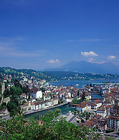 Schweiz, Kanton Luzern, Luzern: Blick vom Chateau Guetsch ueber die Stadt an der Reuss, mit Rathaus, Jesuitenkirche, Kapellbruecke mit Wasserturm bis zum Vierwaldstaettersee und in die Schweizer Zentralalpen | Switzerland, Canton Lucerne, City Lucerne: view from Hotel Guetsch across the city at river Reuss, with Townhall, Jesuit Church, Chapel Bridge with Water Tower towards Lake Lucerne and the Swiss Alps