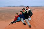Félix (5ans), Jean Lou (6ans) Raphaele  et Gabriel leurs parents dans les dunes de Rissani Maroc. mars 2006.
