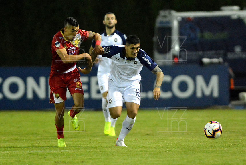 RIONEGRO- COLOMBIA, 21-04-2019: Daniel Muñoz de Rionegro Águilas Doradas (COL) y Pablo Hernández del Club Atlético Independiente (ARG), disputan el balón durante partido de ida de la segunda fase entre Rionegro Águilas Doradas (COL) y Club Atlético Independiente (ARG) por la Copa Conmebol Sudamericana 2019, jugado en el estadio Alberto Giraldo de la ciudad de Rionegro. / Daniel Muñoz of Rionegro Aguilas Doradas (COL) and Pablo Hernandez of Club Atletico Independiente (ARG) figth for the ball, during a match of the first round of the second stage between Rionegro Aguilas Doradas (COL) and Club Atletico Independiente (ARG) for the Conmebol Sudamericana Cup 2019, played at Alberto Giraldo stadium in Rionegro city. Photo: VizzorImage / Fernando Agudelo / Cont.