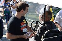 RIO DE JANEIRO, RJ, 20 JULHO 2012 - ELEICOES 2012 - MARCELO FREIXO - O candidato pelo PSOL, Marcelo Freixo, cumprimenta os eleitores na tarde deste domingo dia 22 no Aterro do Flamengo, zona sul do rio (FOTO: MARCELO FONSECA / BRAZIL PHOTO PRESS).