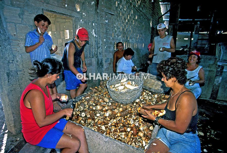 Fabricação de farinha de mandioca. Itabapoana. Rio de Janeiro. 2000. Foto de Juca Martins.