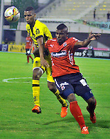 BARRANCABERMEJA -COLOMBIA, 02-11-2015:  Deivy Balanta (Izq) jugador de Alianza Petrolera disputa el balón con Luis A. Tipton (Der) de Independiente Medellin durante encuentro  por la fecha 18 de la Liga Aguila II 2015 disputado en el estadio Daniel Villa Zapata de la ciudad de Barrancabermeja./ Deivy Balanta (L) player of Alianza Petrolera fights for the ball with Luis A. Tipton (R) player of Independiente Medellin during match for the date 18 of the Aguila League II 2015 played at Daniel Villa Zapata stadium in Barrancabermeja city. Photo:VizzorImage / Jose David Martinez / Cont