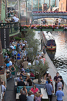United Kingdom, England, West Midlands, Birmingham: Busy bar beside the Birmingham Canal, Gas Street Basin | Grossbritannien, England, West Midlands, Birmingham: Restaurants und Cafés am Birmingham Canal, Gas Street Basin