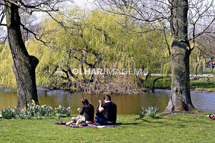 Domingo de sol no parque em Amsterdã, Holanda. 2007. Foto:Marcio Nel Cimatti.