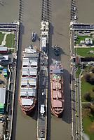 Nord Ostseekanal Schleuse Brunsbuettell: EUROPA, DEUTSCHLAND, SCHLESWIG-HOLSTEIN, BRUNSBUETTEL , (EUROPE, GERMANY), 19.10.2018: Schleuse Nord-Ostseekanal von Brunsbuettel. Der Nord-Ostsee-Kanal (NOK; internationale Bezeichnung: Kiel Canal) verbindet die Nordsee (Elbmuendung) mit der Ostsee (Kieler Foerde). Diese Bundeswasserstra&szlig;e ist nach Anzahl der Schiffe die meistbefahrene kuenstliche Wasserstra&szlig;e der Welt.<br /> Der Kanal durchquert auf knapp 100 km das deutsche Bundesland Schleswig-Holstein von Brunsbuettel bis Kiel-Holtenau und erspart den etwa 900 km laengeren Weg um die Nordspitze Daenemarks durch Skagerrak und Kattegat.<br /> Die erste kuenstliche Wasserstra&szlig;e zwischen Nord- und Ostsee war der 1784 in Betrieb genommene und 1853 in Eiderkanal umbenannte Schleswig-Holsteinische Canal. Der heutige Nord-Ostsee-Kanal wurde 1895 als Kaiser-Wilhelm-Kanal eroeffnet und trug diesen Namen bis 1948. Zwei Handelsschiffe mit Schlepperhilfe in der Schleuse