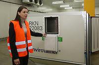 Miriam Götz erklärt die Vorgehensweisen im pharmazeutichen Kühllager bei DHL und zeigt den Envirotainer für Trockeneis