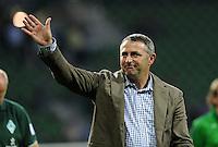 FUSSBALL   1. BUNDESLIGA   SAISON 2011/2012   TESTSPIEL SV Werder Bremen - FC Everton                 02.08.2011 Manager Klaus ALLOFS (Werder Bremen) winkt den Fans nach dem Abpfiff
