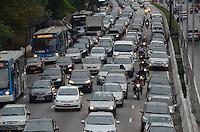 ATENÇÃO EDITOR: FOTO EMBARGADA PARA VEÍCULOS INTERNACIONAIS. SAO PAULO, 16 DE OUTUBRO DE 2012 - TRANSITO SP - Transito pesado na Avenida 23 de Maio, sentido centro, no fim da tarde desta terca feira, 16 regiao central da capital. FOTO: ALEXANDRE MOREIRA - BRAZIL PHOTO PREES