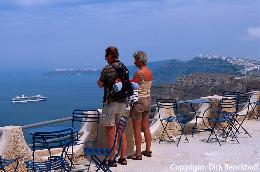 Blick von der Kellerei Antoniou auf den Hafen von Athinios, Insel Santorin (Santorini), Griechenland, Europa