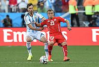 FUSSBALL WM 2014                ACHTELFINALE Argentinien - Schweiz                  01.07.2014 Xherdan Shaqiri (re, Schweiz) gegen Jose Basanta (li, Argentinien)