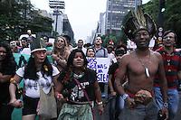SÃO PAULO,SP, 11.11.2015 - PROTESTO-INDÍGENAS - Indígenas de várias etnias com o apoio de ativistas protestam contra a PEC 215, no vão livre do Museu de Arte de São Paulo (Masp), na avenida Paulista, em São Paulo, nesta quarta-feira, 11. A proposta prevê novas regras para demarcação de terras indígenas. (Foto: Amauri Nehn/Brazil Photo Press)