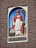 Nederland Amsterdam 2019. Oude gevelsteen met de afbeelding van Sinterclaes ( Sinterklaas ). Drie kinderen in een tobbe worden gezegend.. Foto Berlinda van Dam / Hollandse Hoogte