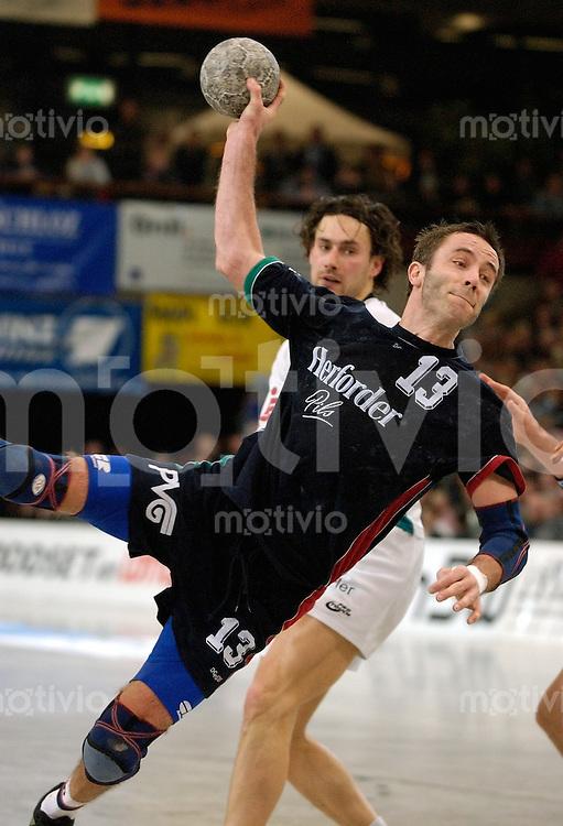 Handball Herren DHB-Pokal 2002/2003 Viertelfinale Goeppingen (Germany) FrischAuf! Goeppingen - TuS Spenge Andreas Bock (Spenge) beim Wurf dahinter Joern Schlaeger (FAG)