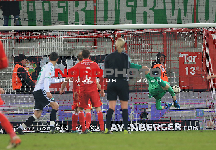 16.12.2016, Stadion an der Wuhlheide, Berlin, GER, 2.FBL, 1.FC UNION BERLIN  VS. SPVGG GREUTHER FUERTH, im Bild <br /> 1: 1 durch Serdar Dursun (Greuther Fuerth, Jakob Jensen Busk (1.FC Union Berlin #12), Stephan Fuerstner (1.FC Union Berlin #8)<br /> <br />      <br /> Foto &copy; nordphoto / Engler