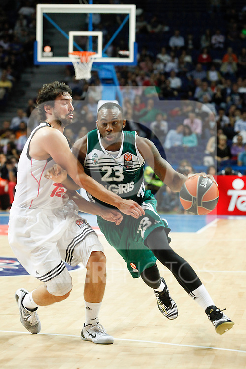 Basketball Real Madrid´s Llull (L) and Zalgiris Kaunas´s Anderson during Euroleague basketball match in Madrid, Spain. October 17, 2014. (ALTERPHOTOS/Victor Blanco)