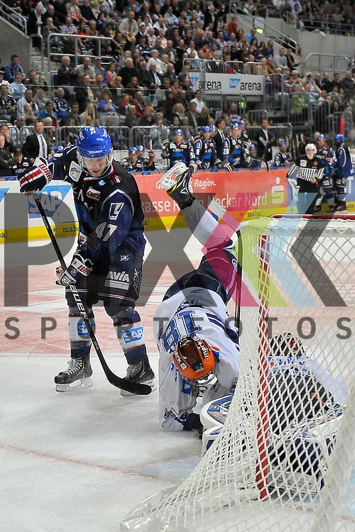 Mannheim 02.10.12, DEL, Adler Mannheim - Iserlohn Roosters, Mannheims Cristoph Ullmann (Nr.47) gegen Iserlohns Tobias Woerle (Nr.18) und Iserlohns Sebastian Caron (Nr.35) <br /> <br /> Foto &copy; Ice-Hockey-Picture-24 *** Foto ist honorarpflichtig! *** Auf Anfrage in hoeherer Qualitaet/Aufloesung. Belegexemplar erbeten. Veroeffentlichung ausschliesslich fuer journalistisch-publizistische Zwecke. For editorial use only.