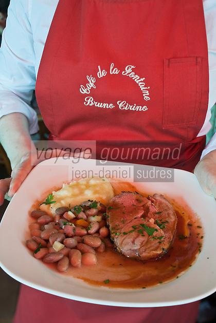 Europe/France/Provence-Alpes-Côte d'Azur/06/La Turbie: Le Café de la Fontaine - le bistrot de Bruno Cirino- Service du gigot d'agneau