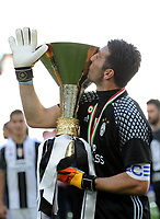 Calcio, Serie A: Juventus vs Crotone. Torino, Juventus Stadium, 21 maggio 2017.<br /> Juventus&rsquo; goalkeeper Gianluigi Buffon kisses the trophy during the celebrations for the victory of the sixth consecutive Scudetto at the end of the Italian Serie A football match between Juventus and Crotone at Turin's Juventus Stadium, 21 May 2017. Juventus defeated Crotone 3-0.<br /> UPDATE IMAGES PRESS/Manuela Viganti