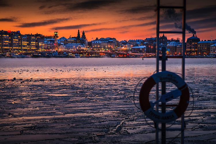 Kall vinter med is och sjörök vid Siussen Stockholm