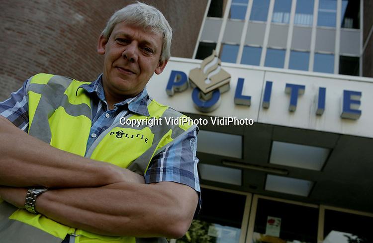 Foto: VidiPhoto..APELDOORN - Politievrijwilliger Rijk van de Pol uit Uddel voor het politiebureau aan de Vosselmanstraat in Apeldoorn.