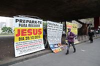 ATENCAO EDITOR: FOTO EMBARGADA PARA VEICULOS INTERNACIONAIS. SAO PAULO, SP, 26 DE NOVEMBRO DE 2012 - Cartazes anunciando um possivel fim do mundo em 21 de dezembro sao vistos no vao livre do MASP, na Avenida Paulista, regiao central, na manha desta segunda feira, 26.  FOTO: ALEXANDRE MOREIRA - BRAZIL PHOTO PRESS.