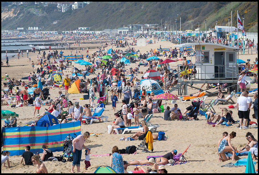 BNPS.co.uk (01202 558833)<br /> Pic:  PhilYeomans/BNPS.<br /> <br /> The Easter heatwave caused thousands to flock to the south coast today as the holidays began.
