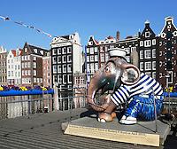 Amsterdam. Olifant bij Rondvaartmaatschappij Rederij Kooij. De olifant maakte deel uit van de Elephant Parade