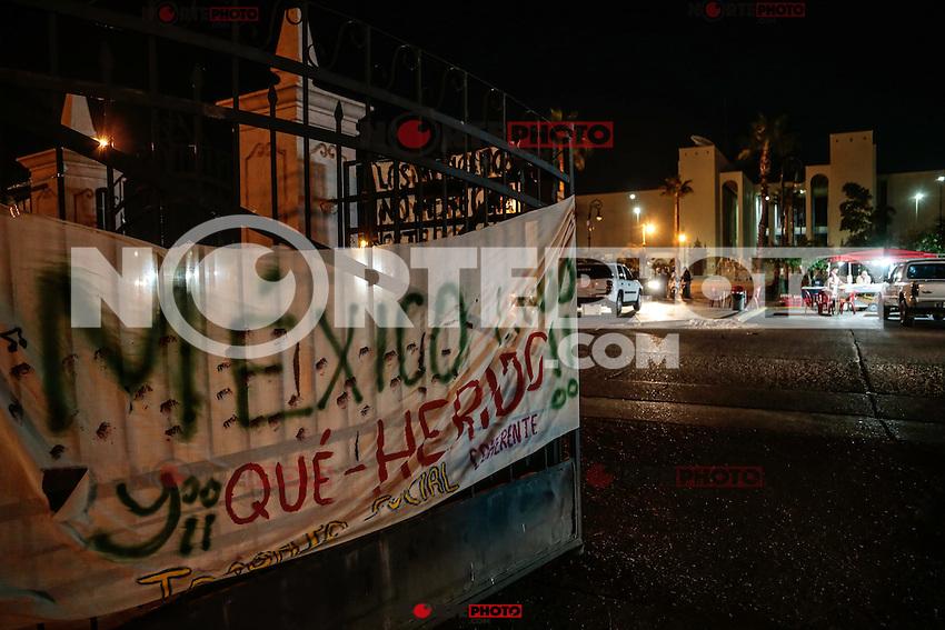 Luego de 33 dias de haber desaperecido 43 jovenes estudiantes de Ayotzinapa, se dio<br />  a conocer el hallaszo de varios cuerpos calcinados que  al parecer pertenecen a los normalistas. Mientras continuan  protestas en apoyo en todo el pais como el planton en el edificio de rectoria de la universidad de Sonora Mexico .....**<br /> <br /> Varios poster con iamgenes de estudiantes solidarios por los normalistas desaparecidos Ayotzinapa, fueron colgados en el edificio de rectoria de la universidad de sonora en el norte de Mexico