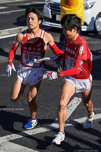 (L-R) Yuichi Nomura, Hiroki Takemoto (Teikyo Univ), <br /> JANUARY 2, 2015 - Athletics : The 91st Hakone Ekiden Race, Odawara Relay place in Kanagawa, Japan. (Photo by AFLO SPORT)