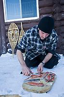 Amérique/Amérique du Nord/Canada/Québec/Mauricie/Saint-Alexis-des-Monts:  A la Pourvoirie du Lac Blanc Gaston le trappeur à la pêche blanche aux truites du lac - découpe du poisson