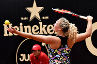 BOGOTA - COLOMBIA – 12 – 04 - 2017: Katerina Siniakova de Republica Checa, se prepara para servir a Sara Sorribes Tormo de España, durante partido por el Claro Colsanitas WTA, que se realiza en el Club Los Lagartos de la ciudad de Bogota. / Katerina Siniakova from Czech Republic, prepares to serve to Sara Sorribes Tormo from Spain, during a match for the WTA Claro Colsanitas, which takes place at Los Lagartos Club in Bogota city. Photo: VizzorImage / Luis Ramirez / Staff.