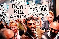 COP40 DURBAN (SUDÁFRICA), 09/12/2011.- Fotografía cedida por Greenpeace en la que se ve al director ejecutivo de esta organización, Kumi Naidoo (c), encabezando una marcha de cientos de activistas que han ocupado el centro internacional de convenciones en Durban, Sudáfrica, el día 9 de diciembre de 2011. La organización le ha retirado el pase de la cumbre. EFE/SHAYNE ROBINSON FOTOGRAFÍA CEDIDA POR GREENPEACE LA IMAGEN SOLO PUEDE DESCARGARSE ANTES DE 14 DÍAS DESPUÉS DE SU DISTRIBUCIÓN PROHIBIDA SU VENTA PROHIBIDO SU ARCHIVO SOLO USO EDITORIAL